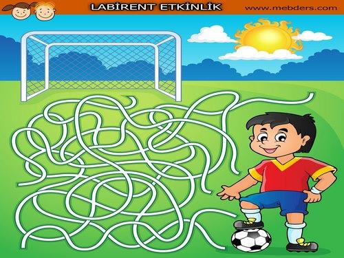 Gol atmak isteyen futbolcu labirent bulmaca etkinliği